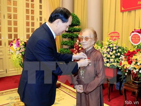 陈大光主席向前国家副主席阮氏萍授予70年党龄章