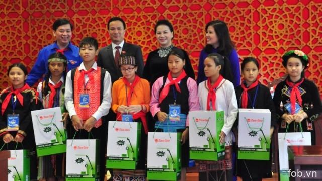 越南国会主席阮氏金银会见全国各地200名模范少儿