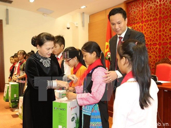 国会主席阮氏金银会见全国典范少年儿童