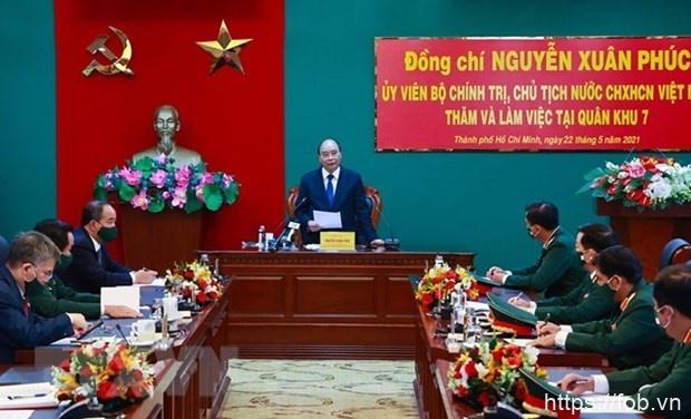 国家主席阮春福赴第七军区视察备战状态和换届选举安全保障工作